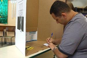 Eleitor preenche cédula em Santo André (SP)