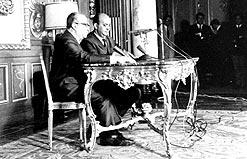 O então ministro da Justiça Luís Antonio Gama e Silva anuncia o AI-5 ao lado do locutor Alberto Cury, na Agência Nacional