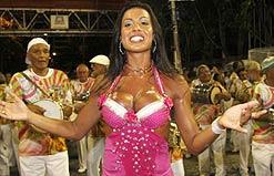 Rainha Gracyanne Barbosa ensaia com a Mangueira para o Carnaval 2009