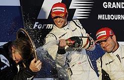 Button e Barrichello não contêm euforia e vibram com chefe Ross Brawn no pódio